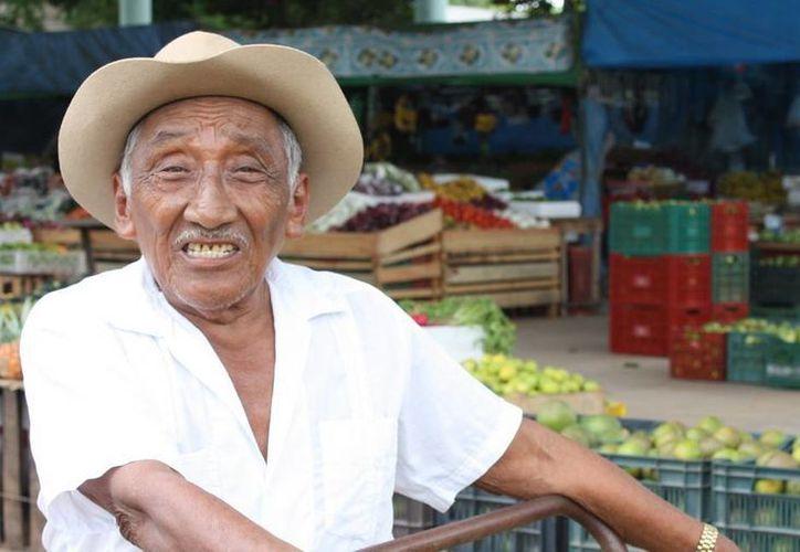 Don Pascual Uc Itzá aseguró que los productos que oferta conservan las medidas higiénicas. (Carlos Yabur/SIPSE)