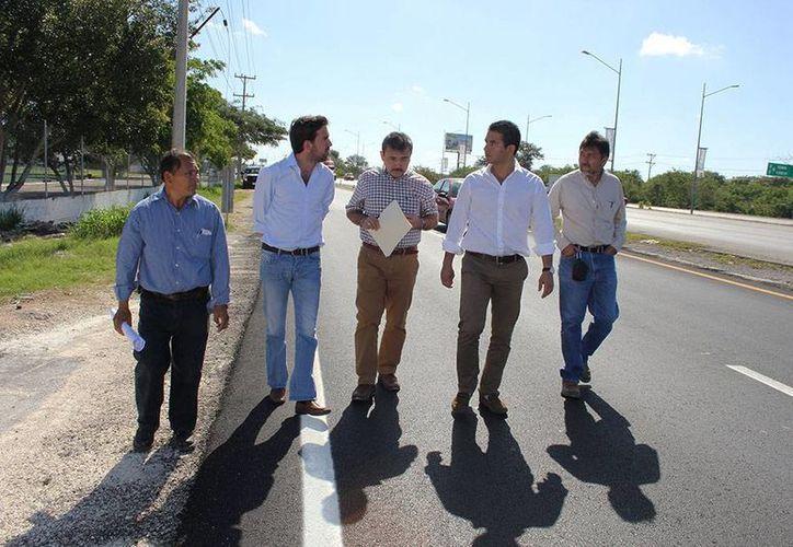El recorrido por las obras en el Periférico, encabezado por los titulares del Incay y de la Comey, Javier Osante Solís, y Pablo Gamboa MIner, respectivamente. (Cortesía)