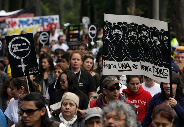 Miles de personas participan en una marcha el 3 de junio de 2012, en protesta por la violación y el asesinato de una mujer en el parque Nacional en Bogotá. Colombia, donde la violencia sexual sigue siendo parte de la cotidianeidad. (EFE/Archivo)