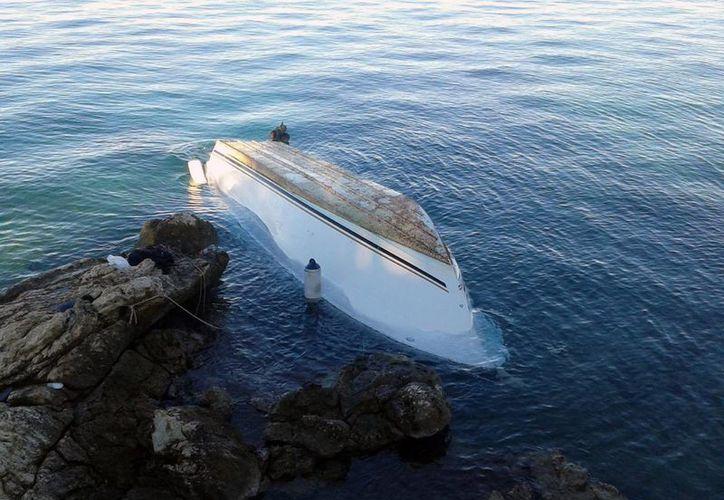 Este es el bote en el que se trasladaban los migrantes accidentados. Al parecer se dirigían a Italia desde Grecia. (Agencias)
