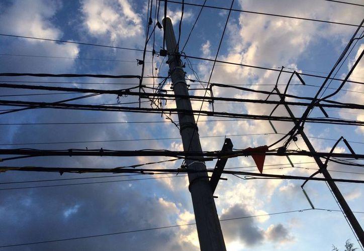 En Villagrán analizan la posibilidad de cobrarle a la CFE cuotas por el uso de la vía publica para la colocación de postes y alumbrado. Imagen de contexto. (Archivo/Notimex)