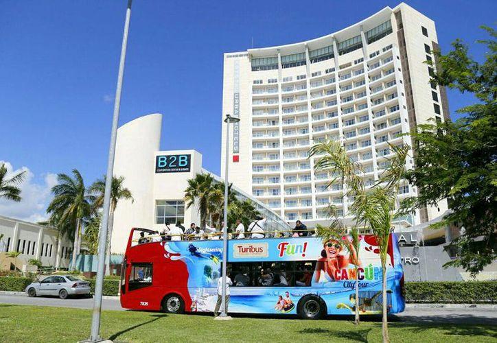 Turibus hace su primer recorrido en la zona hotelera de Cancún. (Jesús Tijerina/SIPSE)