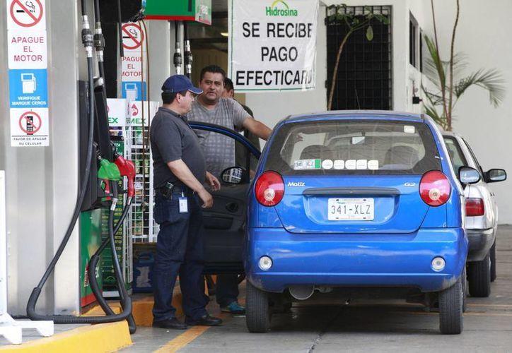 La SHyCP confirmó que se eliminan los ajustes mensuales al precio de los combustibles, como se venía aplicando en 2014. (Foto Notimex)