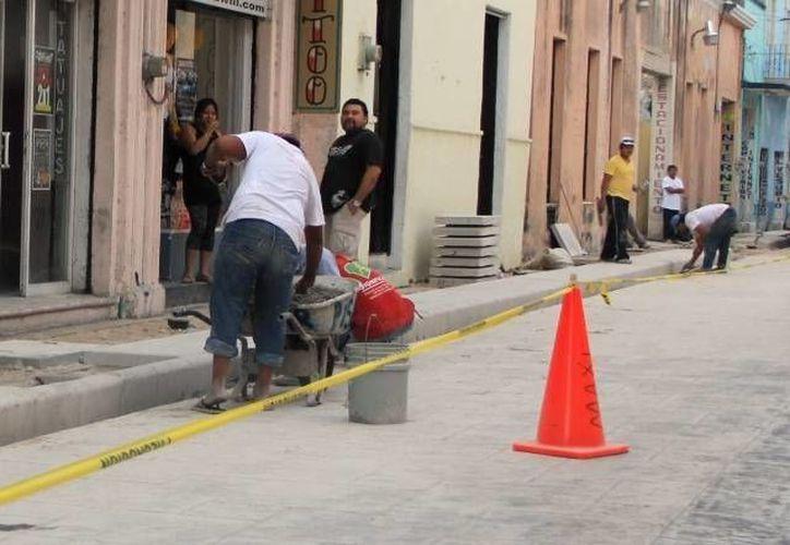 Los recursos federales que recibió ayer Yucatán son para obra pública. Imagen de archivo de las obras en calles del Centro de Mérida. (SIPSE.com)