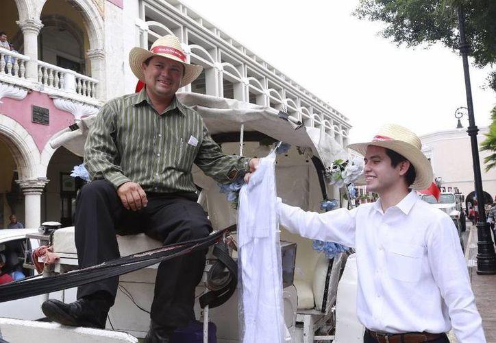 El regidor Luis Castillo López entregó guayaberas a caleseros de Mérida. (SIPSE)