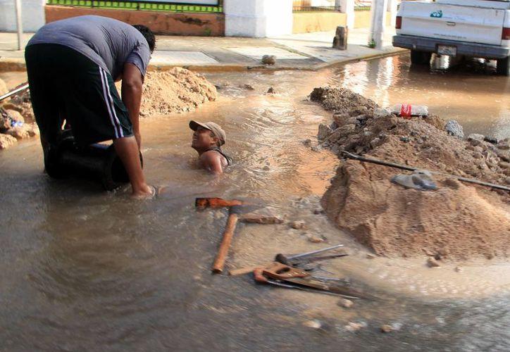 Personal de la Japay trabaja a marchas forzadas para reparar tuberías. (Milenio Novedades)