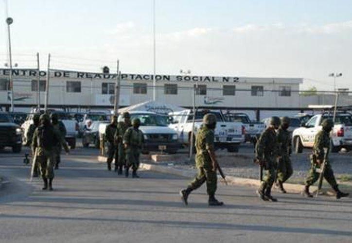 Exterior del penal de Gómez Palacio, de donde fueron trasladados 550 reos a diversas prisiones. (Notimex)