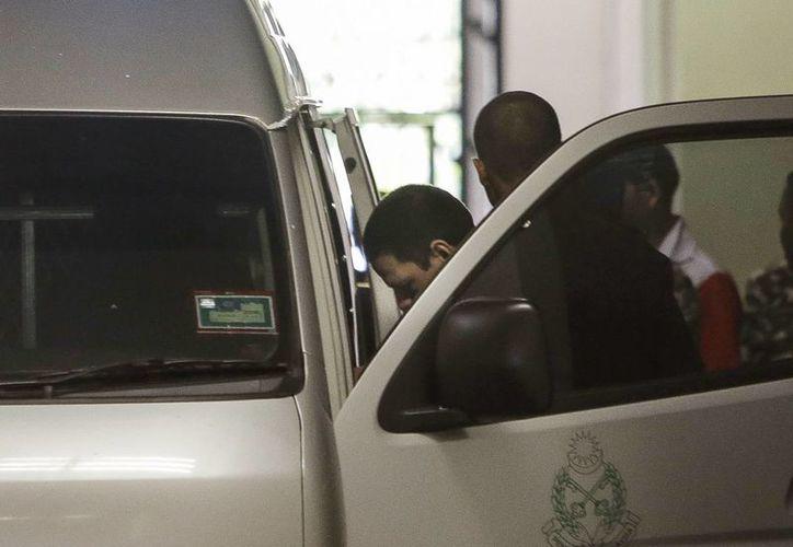Imagen de los tres hermanos mexicanos, condenados a muerte por la fabricación de drogas, al subir a una camioneta de la prisión en la corte de apelaciones en Putrajaya, Malasia. (AP)