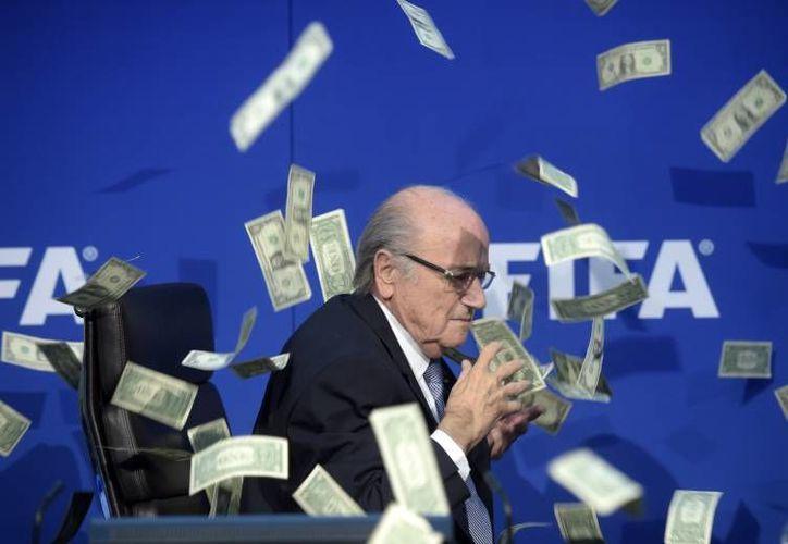 Una de las instituciones deportivas más fuertes del mundo, la FIFA, terminó por desmoronarse este 2015 cuando varios de sus directivos estuvieron relacionados con casos de corrupción. Cerca de 50 dirigentes del futbol internacional son investigados. En la foto, Josep Blatter. (Archivo AP)