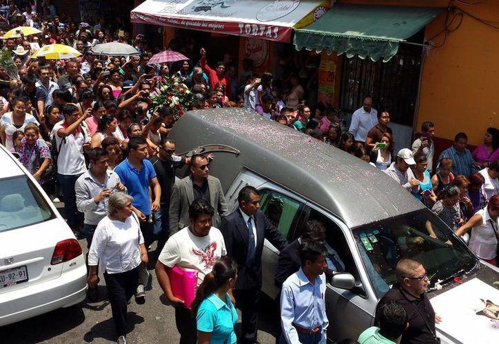 El miércoles, los restos de Joan Sebastian recorrieron las calles de Cuernavaca en dirección a una misa en la Catedral. (Notimex)