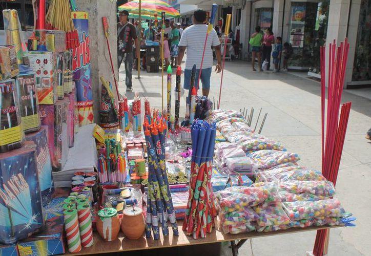 En  la ciudad se ofertan sólo productos de pirotecnia permitida. (Hugo Zúñiga/SIPSE)