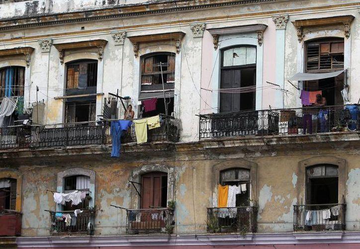 Fotografía de un viejo edificio de apartamentos en La Habana, Cuba. (Archivo/EFE)