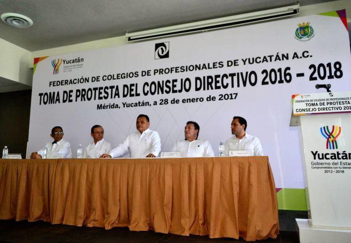 En el marco de la toma de protesta del Consejo Directivo 2016-2018 de la Federación de Colegios de Profesionales de Yucatán, Luis Carlos Cantón Castillo fue nombrado como nuevo presidente. (Fotos: Daniel Sandoval/SIPSE)