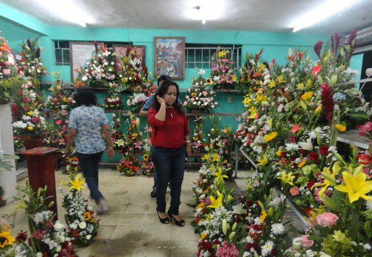 Para el Día de Muertos encargaron 200 rollos de flor de cempasúchil por la temporada, similar a la del año pasado. (Carlos Horta/ SIPSE)