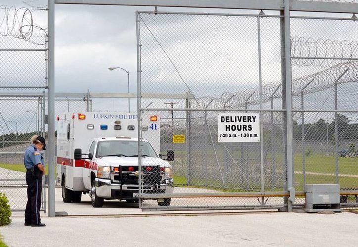 Unos 10 reos fueron trasladados en ambulancias hacia varios hospitales en Texas, tras resultar heridos en el desplome de un techo, en la correccional de Diboll. (AP)