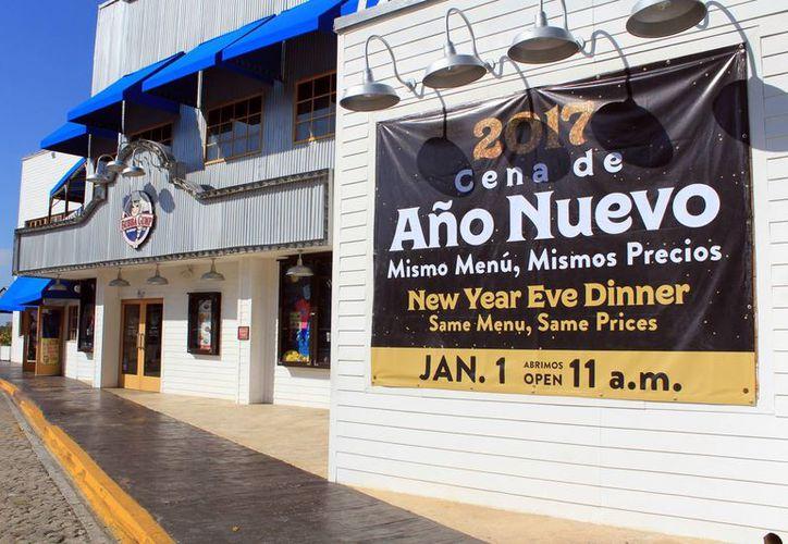 Los negocios ofrecen sus promociones a locales y visitantes. (Luis Soto/SIPSE)