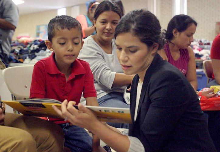 El centro fue pintado con dibujos animados debido a que está dedicado a dar alojamiento a niños menores. En la imagen, la actriz América Ferrera visita uno de los centros de detención de indocumentados en McAllen, Texas. (AP)