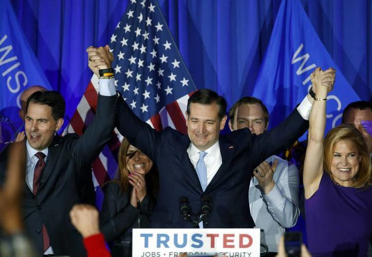Ted Cruz se proclamó vencedor en las primarias de Wisconsin, luego de derrotar a Donald Trump. En la foto, Ted celebra la victoria junto a su esposa.(AP)