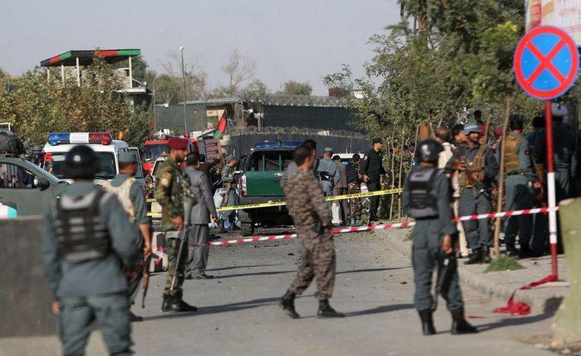 Soldados inspeccionan el sitio donde dos atacantes suicidas, presuntamente del Talibán, se inmolaron cerca del complejo del Ministerio de Defensa, en pleno centro de Kabul. (AP/Rahmat Gul)