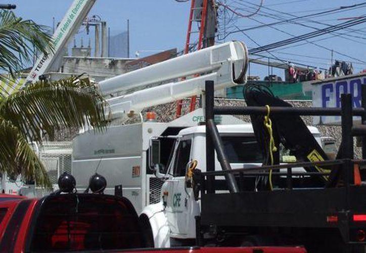 Empleados de la CFE ya realizan trabajo de mantenimiento como el tensado de cables. (Rossy López/SIPSE)