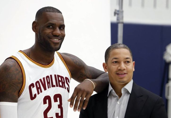 LeBron James desea enormemente que Cavs contrate a J.R. Smith. En la foto, LeBron con  el headcoach Tyronn. (AP)