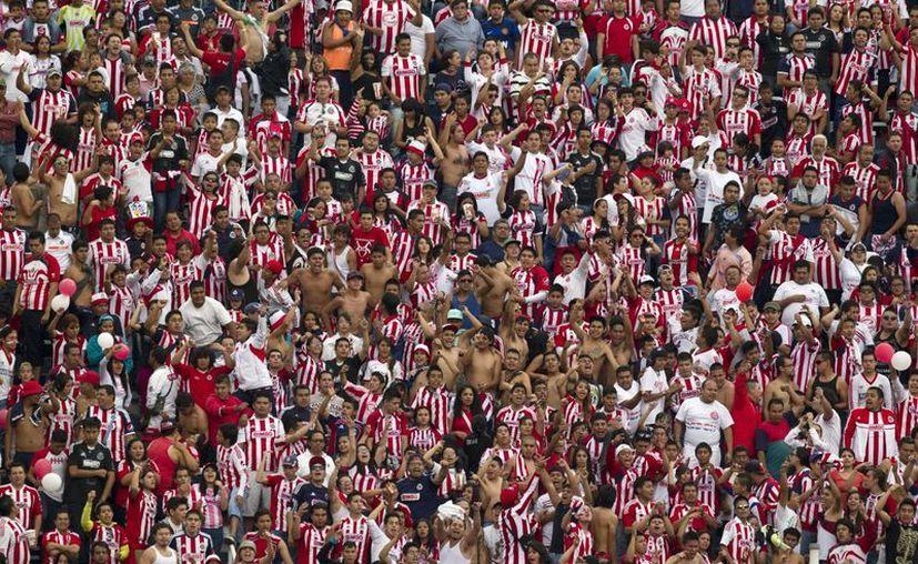 Fans de la Chivas esperan que se acabe la mala suerte del Rebaño Sagrado y vuelvan a jugar como están acostumbrados. (Agencias)