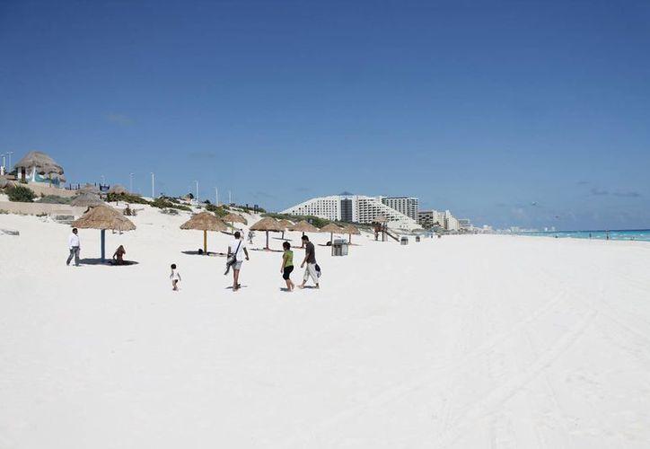 Los miembros del Jurado Internacional de Blue Flag visitaron las playas de Cancún. (Israel Leal/SIPSE)