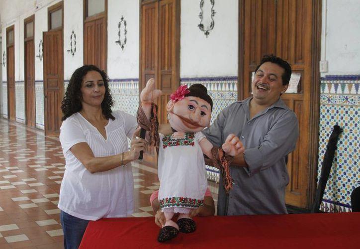 Andrea Herrera y su hermano Juan presidirán el show de títeres en el Teatro Peón Contreras en homenaje a su padre, Wilberth Herrera. (César González/SIPSE)