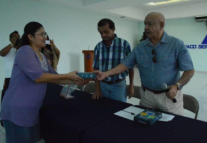 En la Canaco-Servytur se entregaron las tabletas que permitirán aumentar las ventas. (Victoria González/SIPSE)