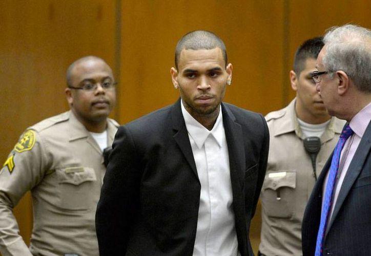 El cantante Chris Brown, quien la imagen aparece durante una audiencia en la Corte, se dice confiado en que no caeré nuevamente en las conductas que lo llevaron a pasar varios meses en la  cárcel. La imagen es contexto. (Archivo/Efe)