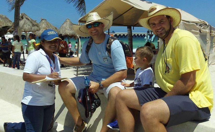 Los hermanos Aaron y Kenneth, acompañados del niño Colton, durante la encuesta que les hizo una joven progreseña. (Manuel Pool/SIPSE)