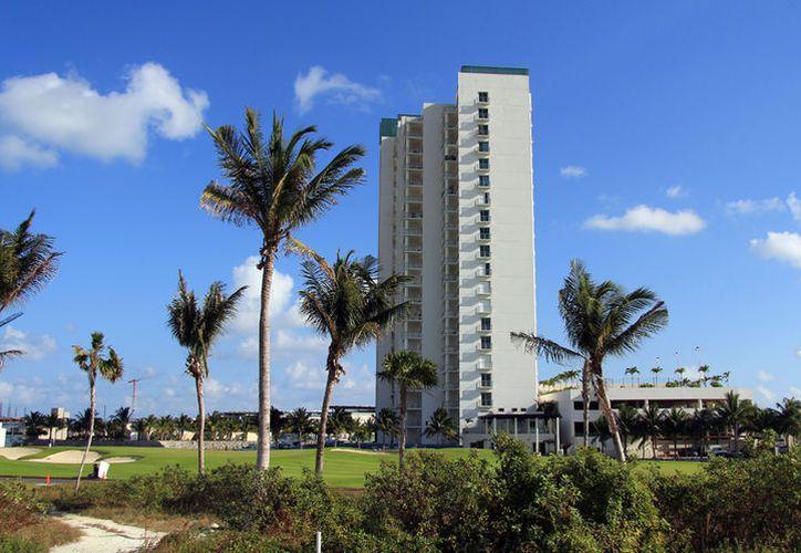 """El delito se cometió en los departamentos del condominio """"Maioris Tower"""", en Puerto Cancún. (Luis Soto/SIPSE)"""
