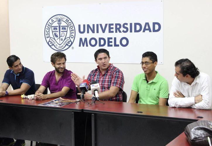 En rueda de prensa, Carlos Sauri Quintal, Director de la Escuela de Ingeniería de la UniModelo (izq), detalló que la cita es del 26 de julio al 1 de agosto. (Foto: Cortesía)