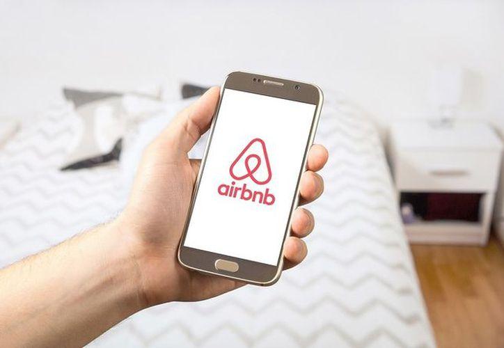 Airbnb ofreció un reembolso a los afectados y anunció que cancelaría las reservaciones hechas con el propietario del lugar. (RT Actualidad)