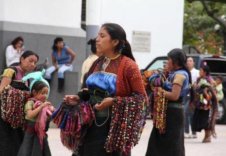 Con la guía de Sedesol traducida a lenguas indígenas,  las personas de las diferentes etnias conocerán y tendrán un mejor acceso a los beneficios y apoyos del Gobierno de la República. (Notimex/Contexto)