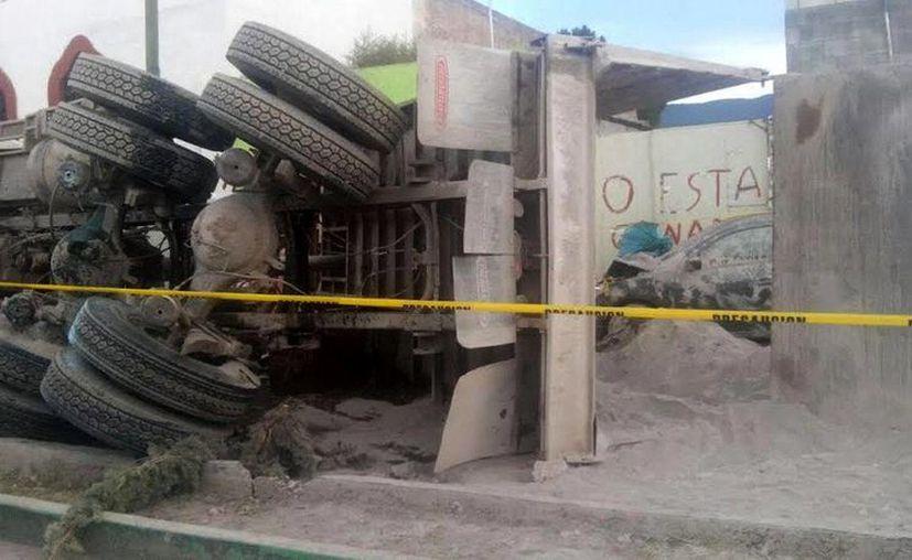 El atropellamiento a peregrinos en Mazapil, Zacatecas, pudo deberse a que el camión de la imagen se quedó sin frenos. Ya investigan a la empresa propietaria. (EFE)