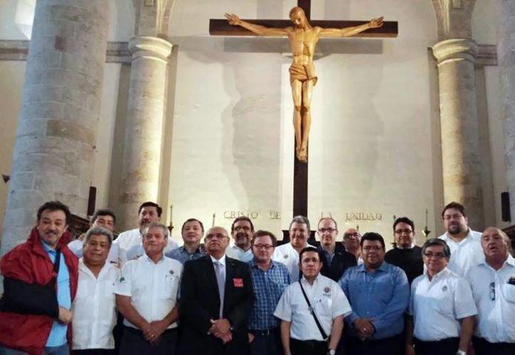 El grupo apostólico llama a los jóvenes a trabajar por el necesitado. Imagen de la agrupación después de una misa en la catedral. (Milenio Novedades)