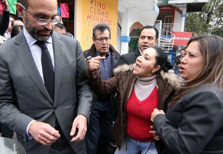 El abogado de la francesa Florence Cassez, Agustín Acosta, fue increpado por familiares de los secuestrados al llegar al reclusorio femenil de Tepepan. (Noimex)
