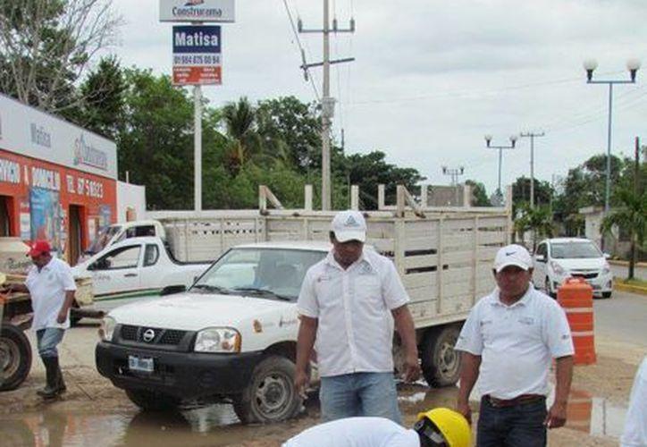 Brigada de trabajadores reparó la fuga de agua. (Raúl Balam/SIPSE)