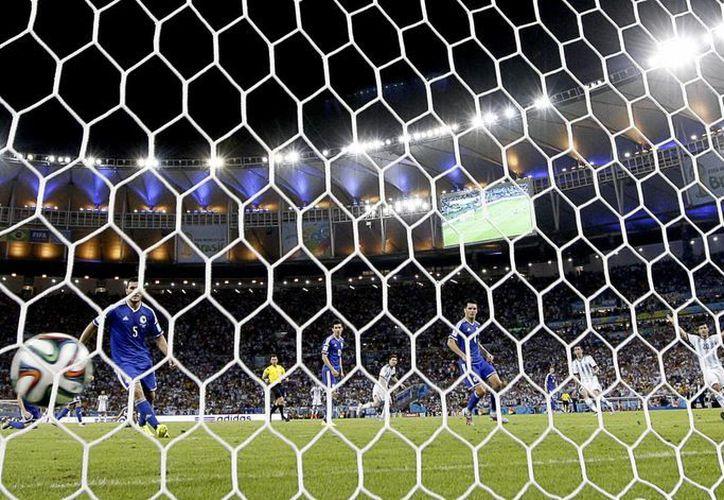 Messi (c) al momento de anotar su gol ante Bosnia. Lo acompañan otros argentinos: Angel di María y Sergio Agüero. (Foto: AP)