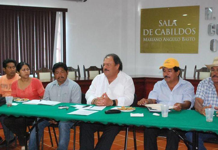 Como autoridades municipales tenemos el compromiso moral y social de atender a nuestra gente, señaló Espinosa Abuxapqui. (Cortesía/SIPSE)
