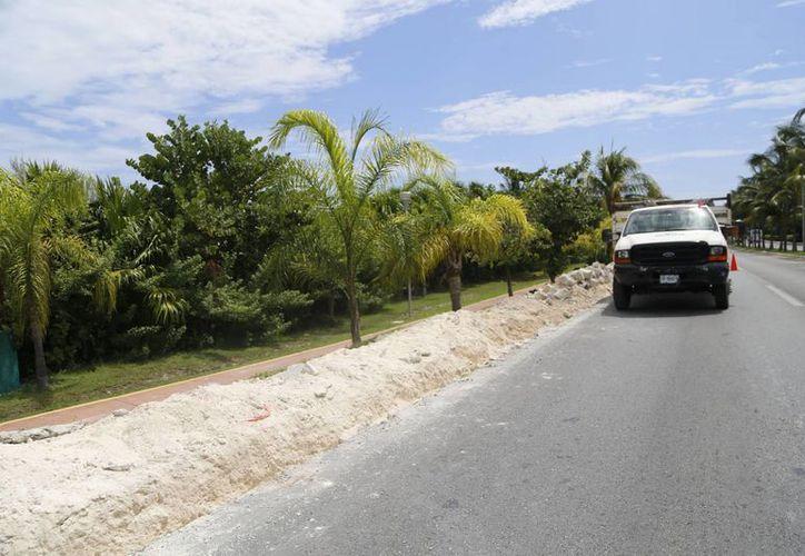 Continúa la rehabilitación de banquetas y guarniciones en la zona de playas. (Israel Leal/SIPSE
