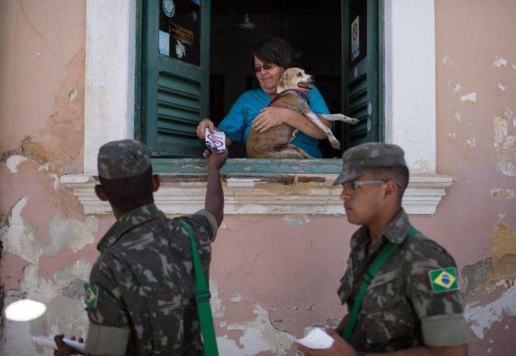 Soldados distribuyen folletos con información sobre el mosquito Aedes aegypti transmisor del zika, en Olinda, Pernambuco, Brasil, el 5 de febrero de 2016. (Foto: AP)