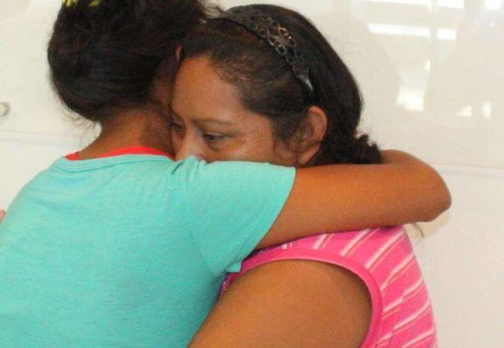 Madre e hija se abrazan en el reencuentro en Mérida. (Luis Fuente/SIPSE)