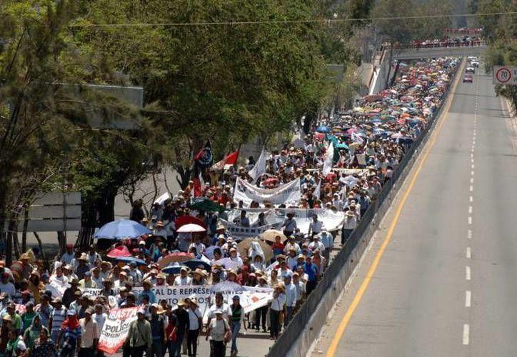 Este es uno de los recientes bloqueos en la Autopista del Sol, que lleva de Cuernavaca a Acapulco. (Notimex/Foto de archivo)