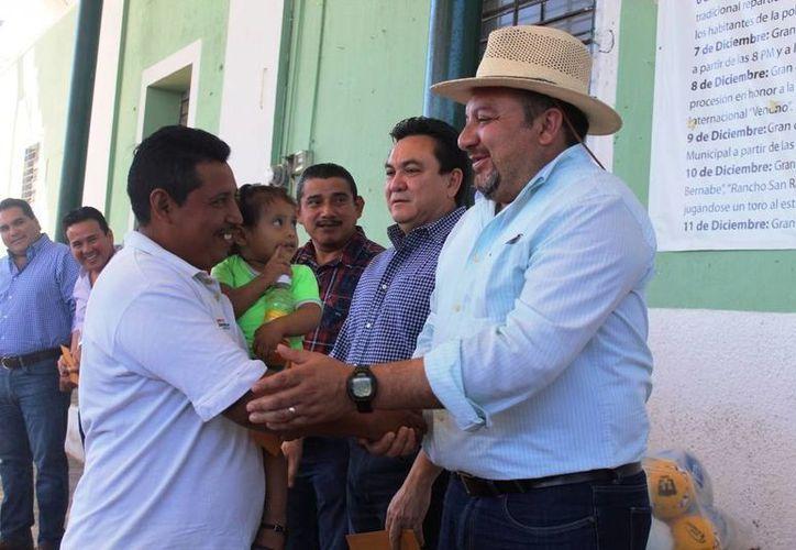 Francisco Torres Rivas, más conocido como Panchito, con pobladores de Calotmul, de donde proviene su familia. (Fotos cortesía)