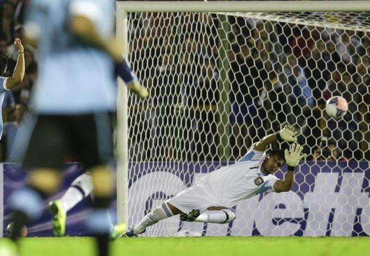 Cavani anotó con un riflazo en la meta del argentino Sergio Romero. (Agencias)