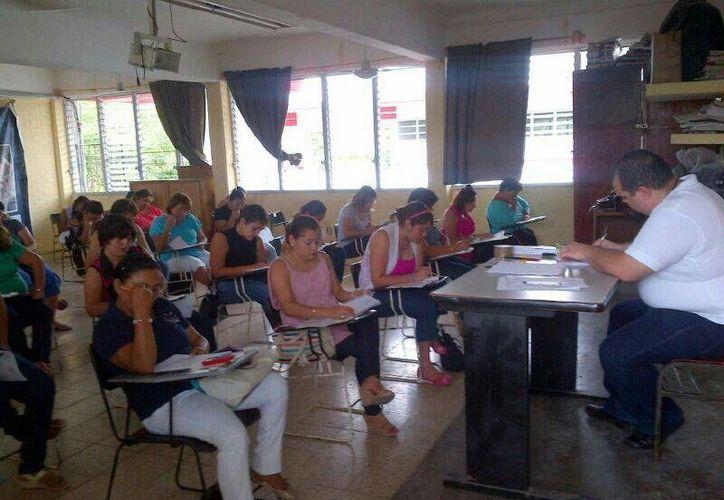 El examen se aplicó en las ocho sedes de la SEyC, la cual se dividió en un turno matutino y vespertino. (Benjamín Pat/SIPSE)