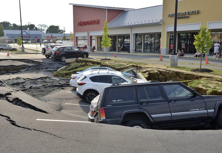 Nadie resultó herido en el incidente, pero los vehículos no serán retirados hasta que no se estabilice el área dañada. (AP)