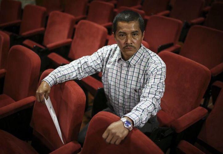Wilson López, ex rebelde de las Fuerzas Armadas Revolucionarias de Colombia (FARC) posa para una foto en una institución de educación a distancia después de recibir su diploma de primaria en Bogotá, Colombia. (AP/Iván Valencia)